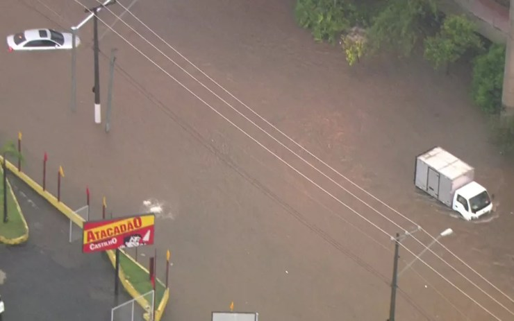 Chuva provoca alagamento na Avenida Professor Luis Ignácio Romeiro de Anhaia Mello, na Zona Leste  — Foto: Reprodução/TV Globo