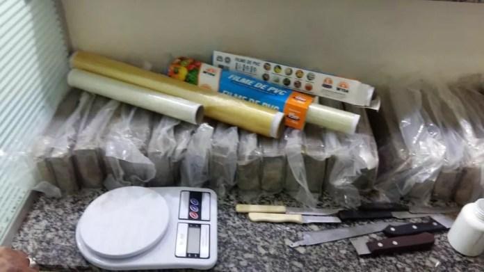 Além da droga, policiais localizaram balança de precisão e materiais para embalar em Limeira (Foto: Polícia Militar)