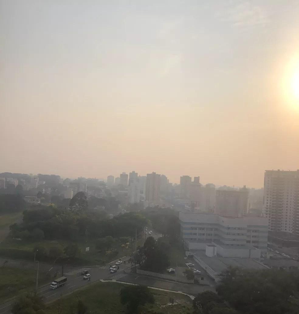 Vista do bairro Cabral, em Curitiba, com o céu tomado por fumaça — Foto: Arquivo pessoal/Sérgio Maluf