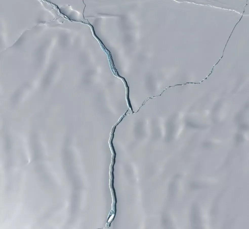 Imagem aproximada mostra separação entre iceberg e plataforma de Brunt — Foto: Copernicus/Sentine-2/Leeds UNI/Anna Hogg
