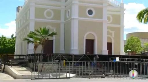 Palco do espetáculo Chuva de Balas no País de Mossoró estava sendo montado em frente à Igreja de São Vicente (Foto: Reprodução/Inter TV Cabugi)