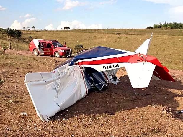 Aeronave que cau em chácara de São Sebastião, no DF, e viatura de bombeiros (Foto: Lucas Salomão/G1)