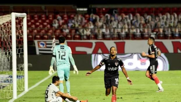 Brenner comemora um dos gols do São Paulo no primeiro tempo