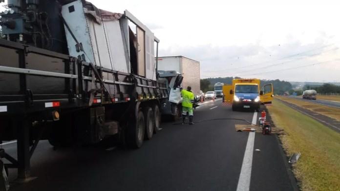 Rodovia Washington Luis ficou interditada após acidente entre carretas em Itirapina (Foto: Centrovias/Divulgação)