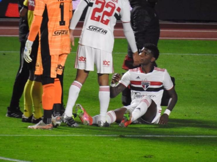 Arboleda sente a coxa no duelo do São Paulo contra o Vasco — Foto: Eduardo Rodrigues