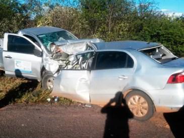 Duas pessoas que estavam na caminhonete ficaram feridas (Foto: Divulgação/Polícia Rodoviária Federal)