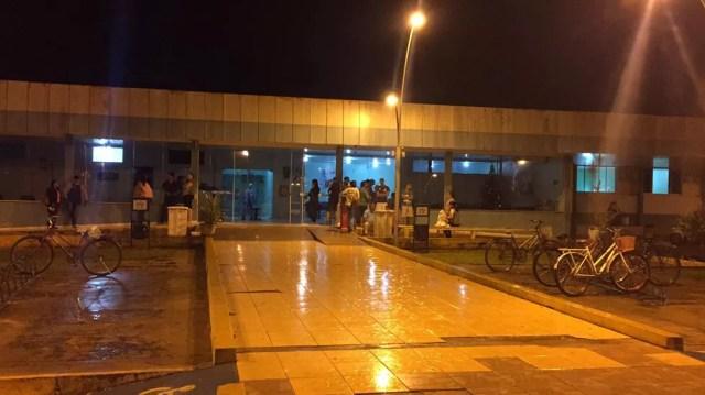 Movimentação em frente ao Hospital Regional de Vilhena, para onde foram socorridos os sobreviventes do acidente da BR-364 — Foto: Renato Barros/G1 RO