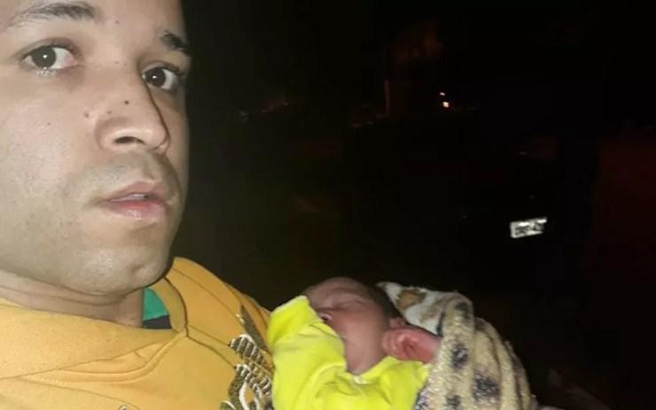 Samuel levou noiva até ponto de ônibus de madrugada e, na volta, ouviu choro do bebê em praça na Zona Sul de SP (Foto: Samuel Ferreira Dias/Arquivo Pessoal)