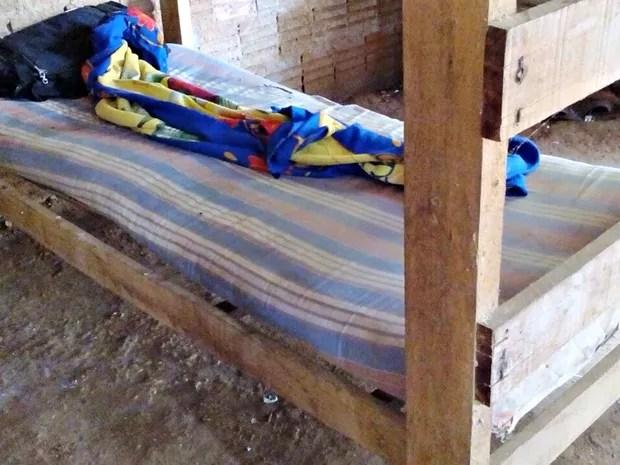 Homens dormiam em alojamento de madeira, onde combustível era estocado (Foto: Divulgação/Polícia Federal)