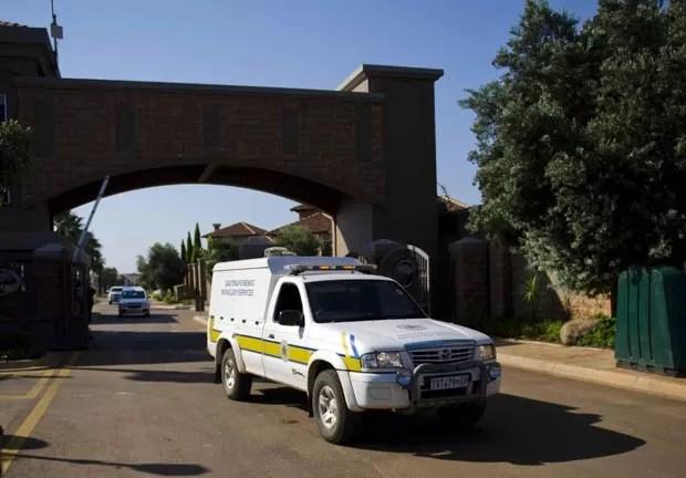 Van do serviço forense deixa propriedade em que fica a casa de Oscar Pistorius, nesta quinta-feira (14), em Pretória, na África do Sul (Foto: AFP)