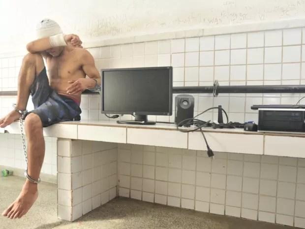 Usuário de drogas é preso após furtar computador de escola (Foto: Marcelo Prest/ A Gazeta)