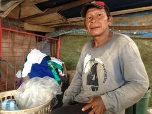 Clementino trabalha como catador no lixão, de onde diz tirar R$ 40 por dia. (Foto: Valéria Oliveira/G1 RR)