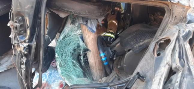 Tronco de madeira atravessou o carro — Foto: Arquivo/CBM-AC
