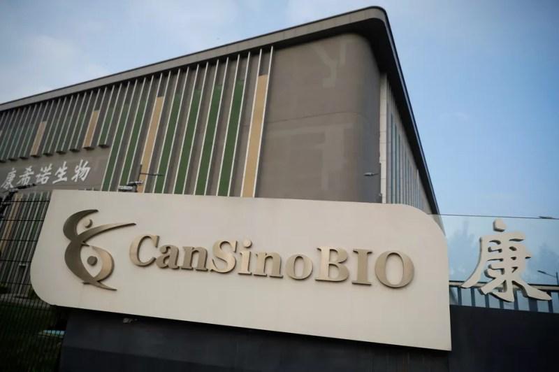 Foto da sede da farmacêutica CanSino Biologics em Tianjin, na China, nesta segunda-feira (17). — Foto: Thomas Peter/Reuters