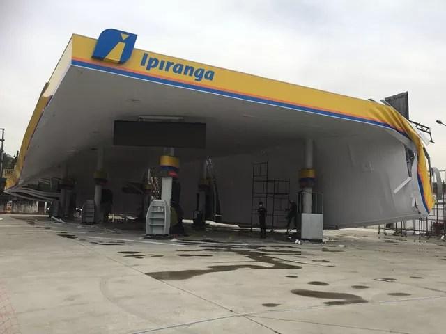Marquise de um posto de combustíveis caiu na Nossa Senhora de Fátima após ventania em Santos, no litoral de São Paulo. (Foto: G1 Santos)