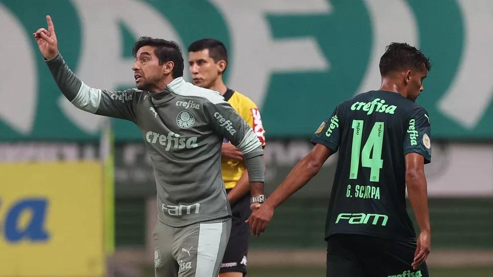 Abel Ferreira e Gustavo Scarpa no jogo do Palmeiras contra a Chapecoense — Foto: Cesar Greco / Ag. Palmeiras