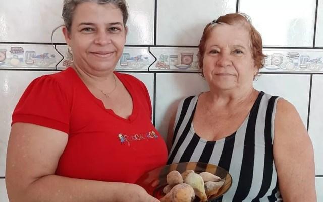 Adriana e sua mãe cultivam 'pêrinha' em seu sítio em São Sebastião do Paraíso (MG) — Foto: Arquivo Pessoal