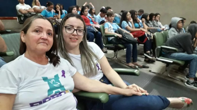 Socorro Vieira (à esquerda) foi com apoio da filha participar da audiência, em Macapá — Foto: Victor Vidigal/G1