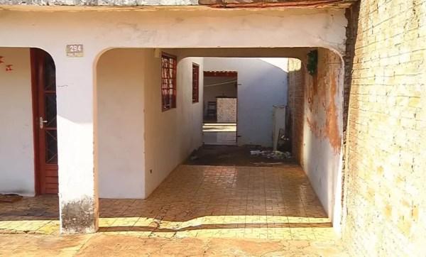 Casa onde o crime aconteceu em Fernandópolis na noite desta sexta-feira (14) (Foto: Reprodução/TV TEM)