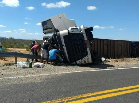 O acidente aconteceu na BR-316, em Belém do São Francisco. (Foto: Polícia Rodoviária Federal)