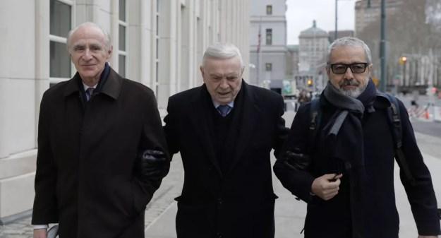Marin chega com os advogados ao tribunal, em Nova York, nesta sexta-feira (Foto: Stephen Yang / Reuters)