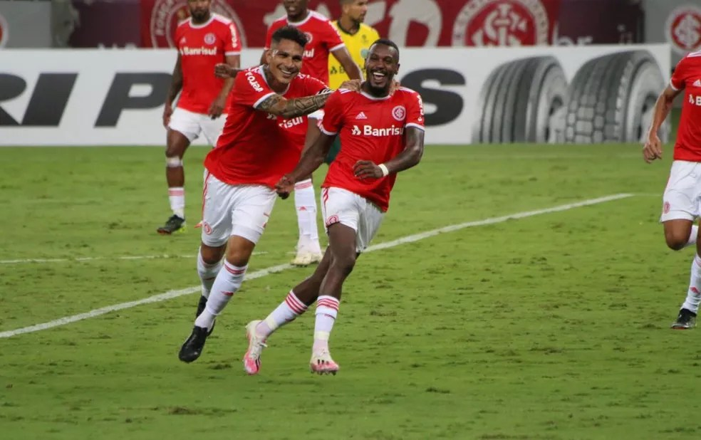 Guerrero comemora o gol de Edenilson — Foto: Eduardo Deconto