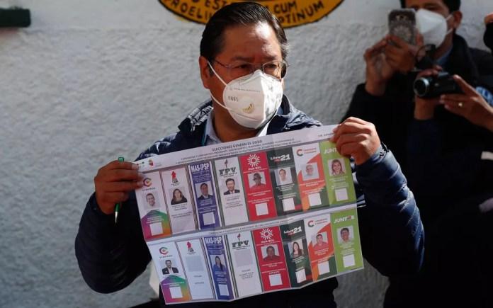 Luis Arce, candidato do MAS, exibe cédula ao votar em eleição presidencial em La Paz, na Bolívia, no domingo (18) — Foto: AP Photo/Juan Karita