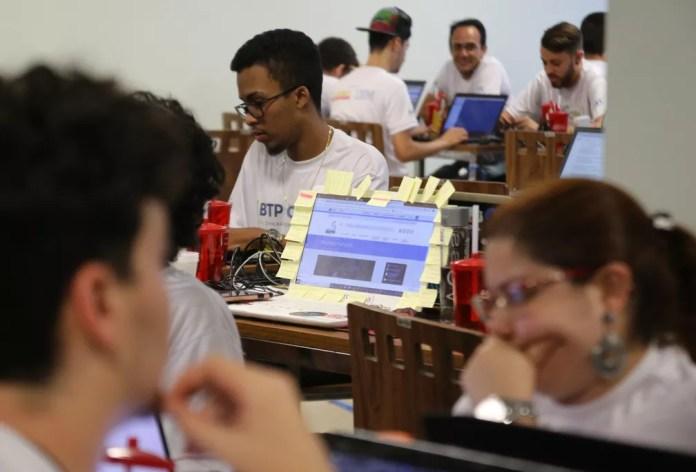 Trinta times tentam encontrar a melhor solução para o setor portuário em Santos, SP — Foto: José Claudio Pimentel/G1