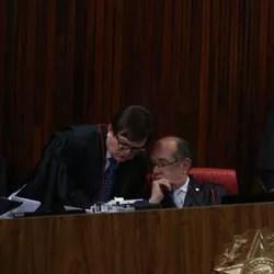 Ministros Herman Benjamin e Gilmar mendes em sessão plenário do TSE (Foto: Ailton de Freitas / O Globo)