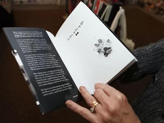 Cachorro deixou sua marca no livro para os fãs  (Foto: Reuters)