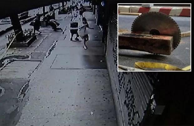 Serra se soltou de máquina durante hora e saiu voando em direção a calçada em Nova York, nos EUA (Foto: Reprodução/YouTube/WstarV)