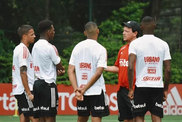 Fernando Diniz conversa com Diego Costa, Léo, Bruno Alves e Arboleda — Foto: Reprodução/Twitter