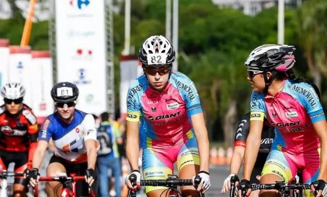Ana Polegatch (82) em ação na Copa Rio de Ciclismo do último domingo