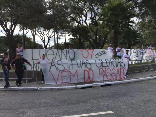 Torcida do São Paulo protesta no Morumbi (Foto: Lucas Strabko)
