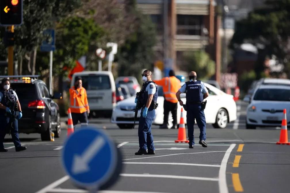 Polícia isola área após ataque terrorista em um supermercado em Auckland, Nova Zelândia, em 3 de setembro de 2021. Suspeito de esfaquear pessoas foi morto a tiros pela polícia. — Foto: Ricky Wilson/Stuff Limited via Reuters
