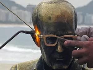 Estátua de Drummond recebe óculos novos pela terceira vez, em 2008 (Foto: Arquivo / Alícia Uchôa / G1)