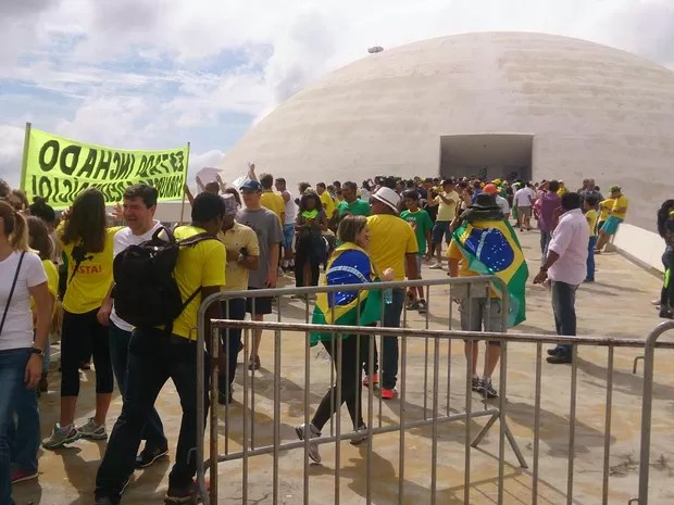 Manifestantes ocupam a rampa do Museu Nacional, na Esplanada dos Ministérios, em Brasília, durante manifestação contra a corrupção (Foto: Mateus Rodrigues/G1)