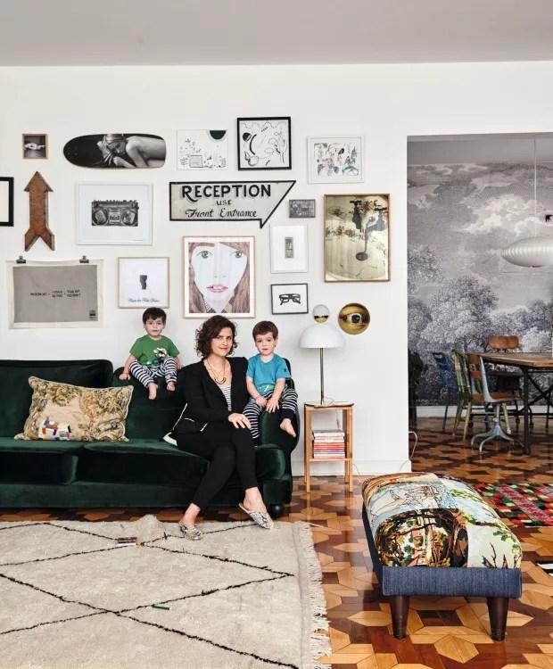 Família. Sobre o sofá da Ikea, revestido de veludo verde, estão Noah (à esq.), Ana Strumpf e Max (Foto: Victor Affaro / Editora Globo)
