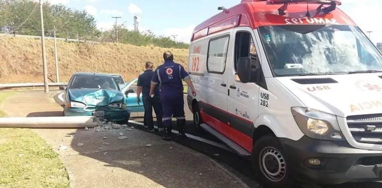 Samu socorreu motorista após colisão de carro com poste em São Carlos (Foto: A Cidade ON/São Carlos)