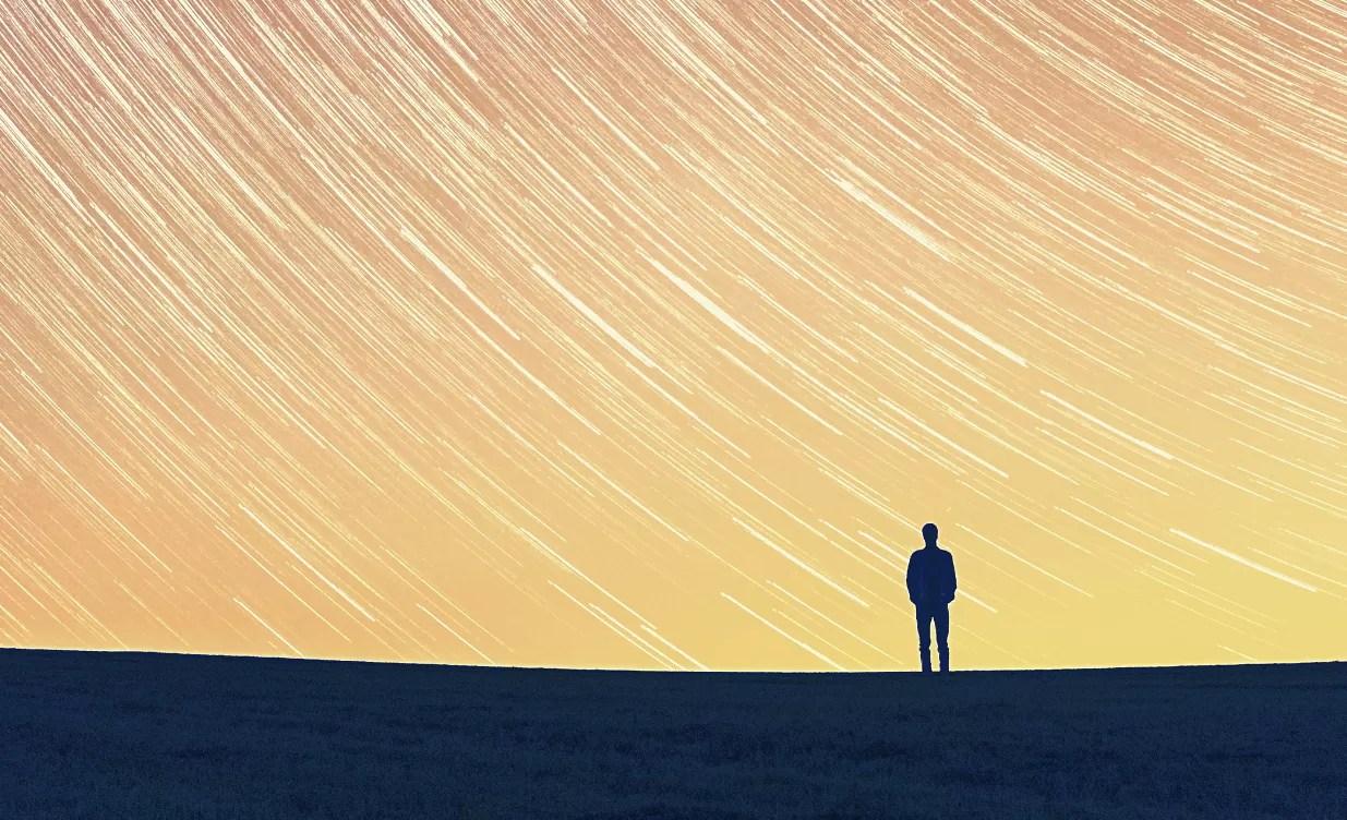 Foto em longa exposição mostra a trajetória de estrelas durante a noite (Foto: flickr/creative commons/ ben a. king)