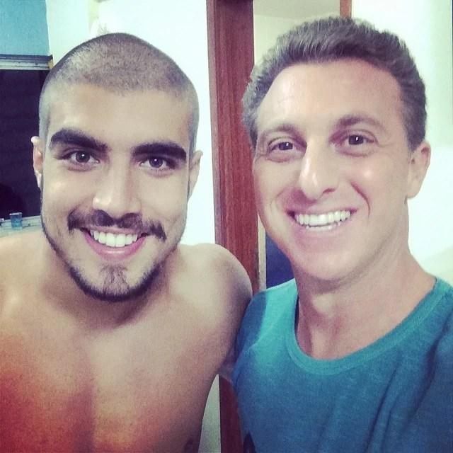 Caio Castro exibe novo visual com Luciano Huck (Foto: Caldeirão do Huck/TV Globo)