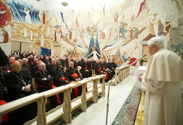 Imagem divulgada neste sábado (23) mostra o Papa Bento XVI (à direita) lendo mensagem aos cardeais após concluir retiro espiritual (Foto: L'Osservatore Romano/AP)