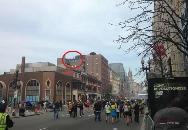Foto mostra pessoa no telhado de prédio antes de segunda explosão (Foto: Reprodução/Twitter/Boston to a T)