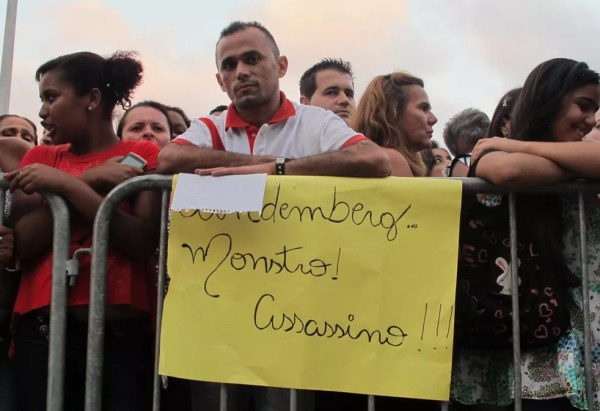 Morador em Diadema e com empregoo em Mauá, o prensista José Vieira, de 35 anos, parou em Santo André para protestar  com cartaz: — Foto: Roney Domingos/ G1