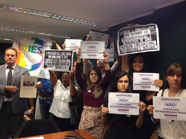 Manifestantes contrários à redução da maioridade penal protestam na sessão da CCJ (Foto: Renan Ramalho/G1)