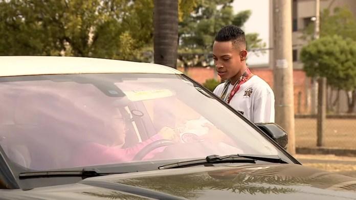 Isac Lucca percorre os semáforos de Piracicaba (SP) para arrecadar dinheiro (Foto: Reprodução/EPTV)