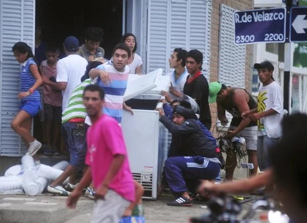 População saqueia lojas durante protestos na província de Tucuman, na Argentina (Foto: La Gaceta/Reuters)