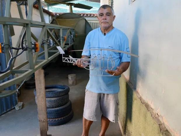 Zé Fernando com a maquete que deu origem ao projeto do helicóptero em Nepomuceno (Foto: Samantha Silva/G1)