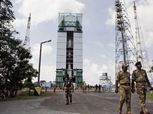 Funcionários andam perto do Veículo de Lançamento de Satélite Polar (PSLV – C25) no Centro Espacial Satish Dhawan em Sriharikota, no sul da Índia. Esta é a primeira missão da Índia rumo ao planeta Marte. (Foto: AP Photo/Arun Sankar K.)
