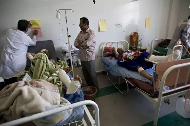 Feridos em bombardeios são atendidos em hospital de Sanaa, no Iêmen, nesta terça-feira (21) (Foto: Hani Mohammed/AP)